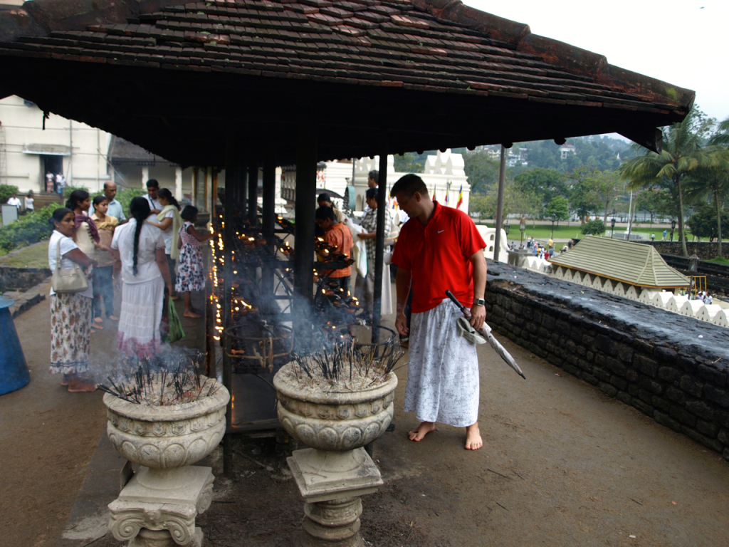 breakpointtravelguides-sri-lanka-Kandy-Temple-of-the-tooth-palace-kathy-london