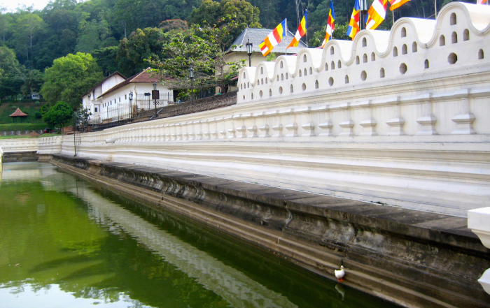 breakpointtravelguides-sri-lanka-Kandy-Temple-of-the-tooth-kathy-london
