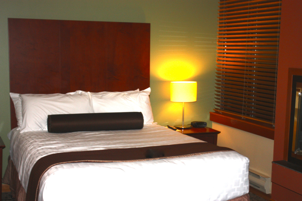 breakpointtravelguides-Whistler-Village-Mountainside-Lodge-bedroom-kathy-london